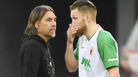 Trainer Martin Schmidt (links) und Jeffrey Gouweleeuw diskutieren nach dem 1:1 gegen Freiburg. Der Verteidiger bemängelte, dass sein FCA es nicht geschafft hat, die 1:0-Führung über die Zeit zu bringen.