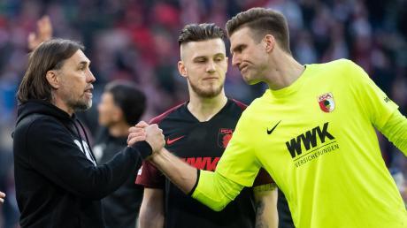 Abklatschen nach Spielschluss in München: Augsburgs Trainer Martin Schmidt (links) hatte Andreas Luthe (rechts) ins Tor beordert.