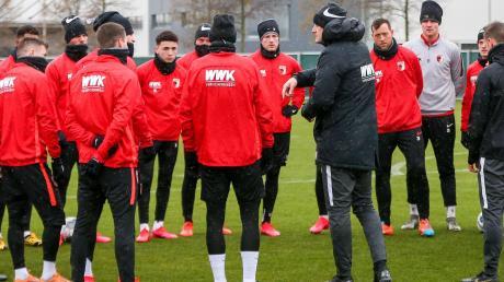 Alles ganz normal? Auf dem Trainingsplatz schon. Da schwört der neue FCA-Trainer Heiko Herrlich sein Team auf das Spiel gegen Wolfsburg ein.