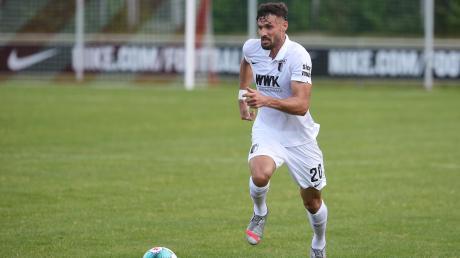 Daniel Caligiuri, einer der Neuzugänge, in Aktion bei seinem ersten Spiel für den FC Augsburg.
