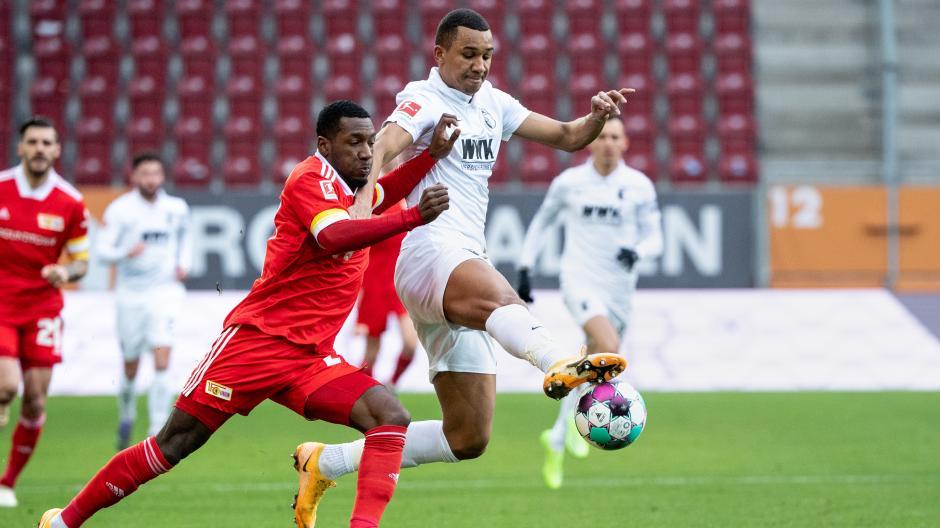 Sheraldo Becker von Union Berlin (links) im Zweikampf mit FCA-Spieler Felix Uduokhai .
