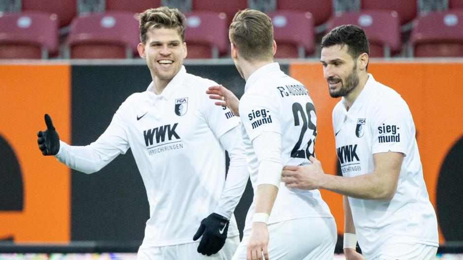 Wollen auch gegen Schalke jubeln: Florian Niederlechner (links), Andre Hahn (Mitte) und der  Ex-Schalker Daniel Caligiuri.