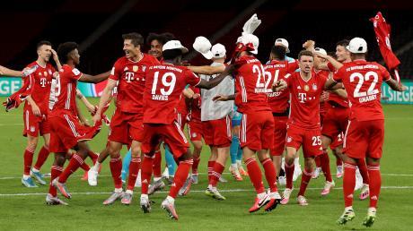 Die Mannschaft des FC Bayern jubelt über den Sieg gegen Bayer Leverkusen im Pokalfinale.