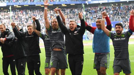 Jubel beim FC Ingolstadt: Die Schanzer gewann beim Hamburger SV mit 3:0 und verbesserten sich auf den Relegationsplatz.