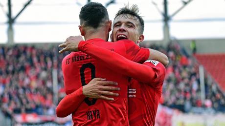 Zufriedenheit beim FC Ingolstadt: Der zweifache Torschütze Dennis Eckert Ayensa (hinten) jubelt mit Fatih Kaya über ein Tor gegen den FSV Zwickau.