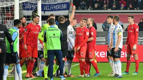 Emotionen pur: Maximilian Beister sieht die Rote Karte. Zu diesem Zeitpunkt stand es 1:2. Der FC Ingolstadt gab sich in Unterzahl nicht geschlagen und kam am Ende zu einem 2:2 gegen 1860 München.