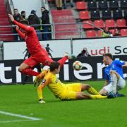 Kaum zu stoppen: Auch wenn Dennis Eckert Ayensa (links) hier nicht an Jenas Schlussmann Flemming Niemann vorbeikommt, war der Stürmer mit zwei Toren entscheidend am 5:1-Sieg des FC Ingolstadt beteiligt.
