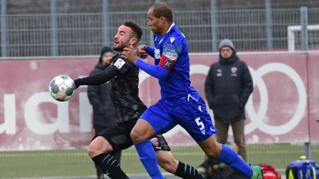 Deutlich unterlegen: Fatih Kaya (links) und der FC Ingolstadt verloren das abschließende Testspiel gegen den Karlsruher SC (mit Ex-Schanzer David Pisot) mit 0:4.
