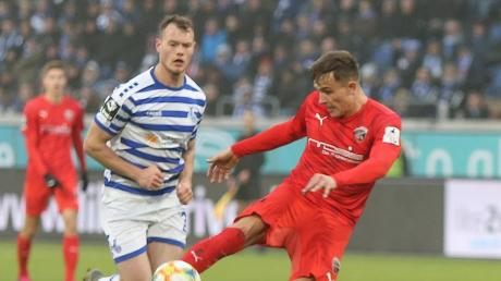 Gleich schlägt es ein: Dennis Eckert Ayensa brachte den FC Ingolstadt mit diesem Volleyschuss in Führung. Am Ende holten die Schanzer im Spitzenspiel beim MSV Duisburg ein 1:1.