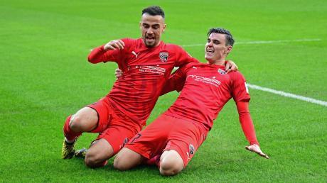 Jubel beim FC Ingolstadt: Fatih Kaya (links) freut sich mit Thomas Keller über den 2:1-Siegtreffer gegen den 1. FC Kaiserslautern.