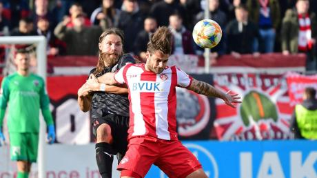 Nicht wirklich alles im Griff: Björn Paulsen (links) und der FC Ingolstadt mussten sich am Sonntagnachmittag im Derby bei den Würzburger Kickers mit 1:3 geschlagen geben.