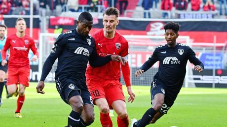 Konnte sich kaum durchsetzen: Stefan Kutschke (Mitte), hier im Duell mit den Uerdingern Assani Lukimya (links) und Boubacar Barry, kassierte mit dem FC Ingolstadt eine 0:1-Niederlage.
