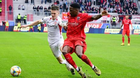 Beschäftigt sich im NR-Video-Interview mit möglichen Auswirkungen der Corona-Krise auf die Fußball-Welt: Ingolstadts Freddy Ananou (rechts).