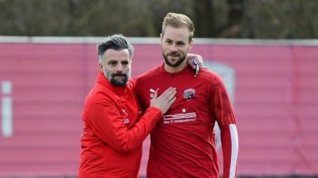 Eine Aufnahme, die noch vor der Corona-Pause entstand: Tomas Oral (links) herzt Maximilian Beister. Am heutigen Samstag startet der FC Ingolstadt gegen den FC Bayern München II in die Restsaison.