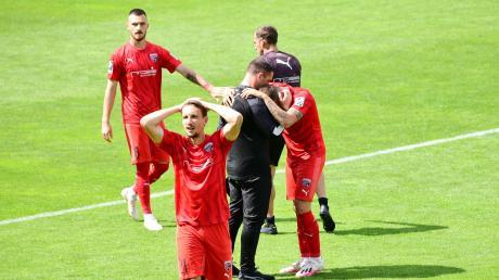 Fassungslos: Tobias Schröck und seine Teamkollegen gewannen bei 1860 München mit 2:0. Doch der direkte Aufstieg blieb ihnen verwehrt.