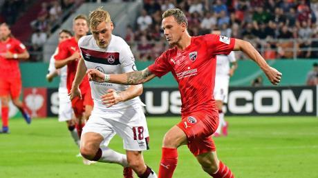 Volle Kraft voraus:Am Dienstagtreffen der 1. FC Nürnberg (Hanno Behrens) und der FC Ingolstadt (Marcel Gaus) im Hinspiel der Relegation aufeinander. Am Anfang der Saison standen sich die Vereine bereits im DFB-Pokal gegenüber.