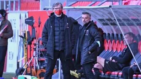 Warten auf Nachrichten aus Krefeld: Michael Henke (links) und Tomas Oral wussten am Freitag noch nicht endgültig, ob das Spiel des FC Ingolstadt beim KFC Uerdingen wie geplant stattfindet.