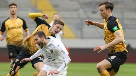 Zu Fall gebracht: Rico Preißinger, hier im Zweikampf mit Julius Kade und Tim Knipping (rechts), verlor mit dem FC Ingolstadt bei Tabellenführer Dynamo Dresden mit 0:4.