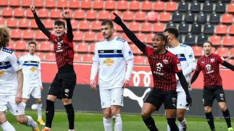 Blicke Richtung Schiedsrichterassistent: Letztlich durften Thomas Keller (links) und Caniggia Elva jubeln und gewannen mit dem FC Ingolstadt mit 1:0 gegen Waldhof Mannheim.