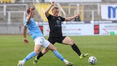 Umkämpftes Pokalspiel: Am Ende setzte sich 1860 München (Dennis Dressel) mit 7:6 nach Elfmeterschießen gegen den FC Ingolstadt (Ilmari Niskanen) durch.