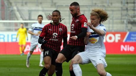 Spannung im Aufstiegskampf: Caniggia Elva (links) und Fatih Kaya (Mitte), hier im Spiel gegen Mannheim, sind mit dem FC Ingolstadt am Samstag beim 1. FC Magdeburg zu Gast.