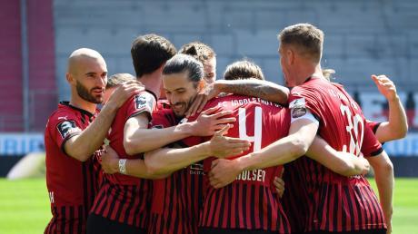 Zusammenhalt im Aufstiegskampf: Der Tabellendritte FC Ingolstadt gastiert am Dienstagabend beim Zweiten Hansa Rostock und kann mit einem Sieg an den Hanseaten vorbeiziehen.
