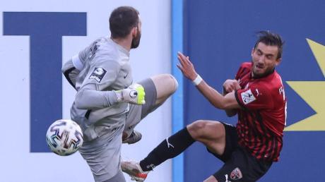Umkämpft: Torhüter Markus Kolke holt Robin Krauße unsanft von den Beinen. Insgesamt prägten viele Zweikämpfe die Partie, am Ende trennten sich Hansa Rostock und der FC Ingolstadt 1:1.