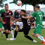 Voller Einsatz: Jalen Hawkins (Mitte) und Fatih Kaya (links) kamen am Mittwochabend mit dem FC Ingolstadt im ersten Vorbereitungsspiel gegen den VfB Eichstätt zu einem standesgemäßen 4:0-Erfolg.