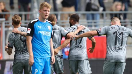 Wieder jubeln die anderen: Ingolstadts Andreas Poulsen ist bedient, während Guido Burgstaller (links) mit seinen Teamkollegen sein Tor zum zwischenzeitlichen 3:0 feiert.
