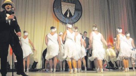 Eine bunte Show mit toller Musik und hübschen Mädels hatte die Lecharia Klosterlechfeld im Gepäck.