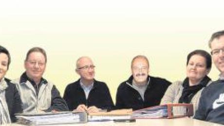 Die neue Vorstandschaft der Tennisabteilung im SV Wulfertshausen bei der Arbeit (von links): Ingrid Wohlhüter und Claudia Tutschka (Jugendwarte), Peter Franke (Anlagenwart), Volker Kübler (Schatzmeister), Vorsitzender Wolfram Winkler, Christine Hindelang (Schriftführerin), Thomas Hindelang (Jugend) und 2. Vorsitzender Dr. Wolfgang Schmid.