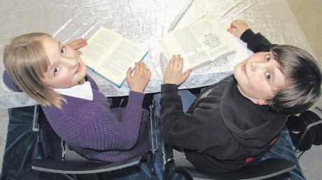 Zwei Leseratten: Pia Riemensperger von der Volksschule Aindling und Benjamin Seuffert vom Wernher-von-Braun-Gymnasium haben den Vorlesewettbewerb auf Kreisebene gewonnen.