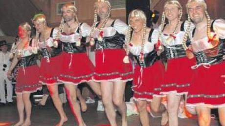 """Die Vorstandsmitglieder des Friedberger Alpenvereins tanzten beim Bergsteigerball als """"Willi-Merkls-Madeln""""."""