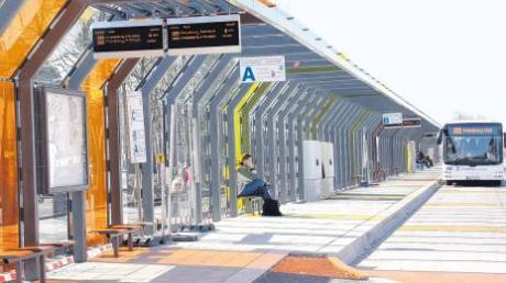Eigentlich sollte der Friedberger Busbahnhof bereits im Herbst fertig werden, der frühe Winter und Lieferschwierigkeiten zögerten die Fertigstellung immer wieder hinaus.