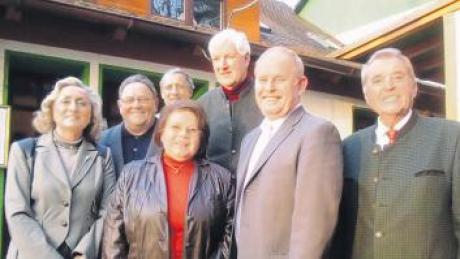 Annemarie Schulte-Hechfort, Theo Marcher, Gisela Minder, Anton König, Paul Dosch, Manfred Losinger und Vorsitzender Franz Käßberger (von links).