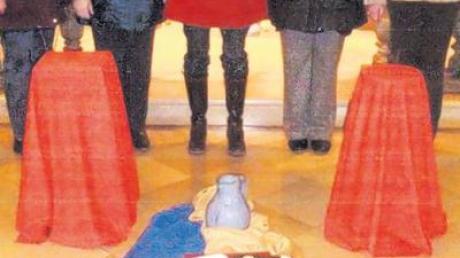 Mit Texten, Liedern und Gebeten gestalteten Andrea Gail, Marianne Asam, Christiane Haack, Henny Bayr und Rosi Mahl (von links) vor Symbolen den Weltgebetstag der Frauen.