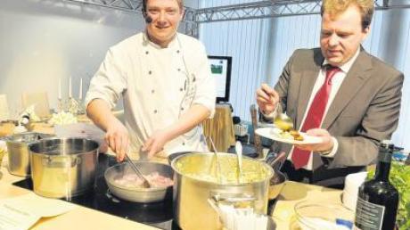 """Manfred Indich und sein Küchenchef Alexander Wangner warben auf der """"Fit for job""""-Messe in Augsburg für eine Ausbildung in der Gastronomie."""