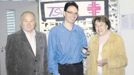 Sie wurden für 65 Jahre Vereinstreue ausgezeichnet: Dr. Gert Kleist (links) und Ilse Egger – in der Mitte der Vorsitzende des TSV Friedberg, Karsten Weigl.