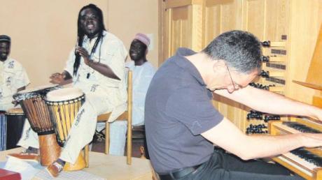 Ein Rhythmus, bei dem jeder mit muss: Papa Amoukhala Sambé trommelte mit zwei Kollegen und Peter Schnur ging beim Improvisieren aus sich heraus.