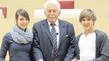 Chantal Faaß und Marius Nestmeier diskutierten mit dem Abgeordneten Reinhard Pachner.