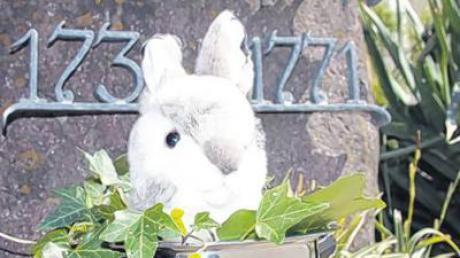 Ein Hase für den Hiasl am Kissinger Hiasl-Denkmal.
