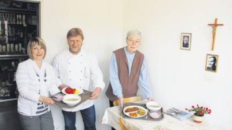 Antje Hörmann (links) und Maria Berger tischen bei den Pallottinern für Bedürftige auf, was der neue Koch des Provinzialates, Uli Schneider, auch für die Patres zubereitet hat.