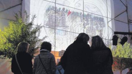 Leinwand im Stadtzentrum: Auf der Gerüstplane, die derzeit am Verwaltungsgebäude angebracht ist, war bei der Gedenkfeier auch ein Film des weißrussischen Künstlers Viktor Tikhonov zu sehen.