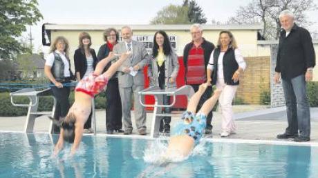 Im Aichacher Freibad ist die Saison bereits eröffnet. Ramona Brischenk (links) und Aurelia Bachmeir sprangen vor den Augen des Bürgermeister Klaus Habermann (Vierter von links) in die Fluten.