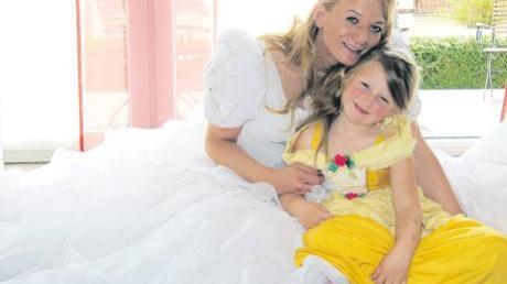 Andrea Happacher hat für die Trauung von William und Kate ihr eigenes Hochzeitskleid wieder aus dem Schrank geholt. Tochter Franziska entscheidet sich – wie die Queen an diesem Tag – für Gelb.