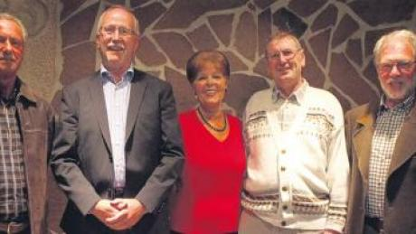 Langjährige Mitglieder nahmen bei der Jahreshauptversammlung der Sportfreunde Friedberg die Ehrenurkunde für Vereinstreue entgegen: (von links) Peter Mayr (25 Jahre), Klaus Böller (40 Jahre), die Vorsitzende Beate Euler, Günter (Jack) Krammer (50 Jahre), und Ehrenmitglied Dieter Büchler (40 Jahre).