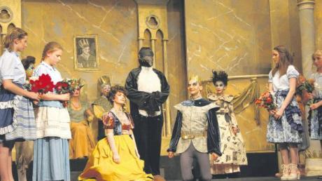 Ein Traum wird wahr? Cinderella (Isabella Haas) und ihr Prinz (Alexander vom Stein) werden vom Bischof (Tanja Kastenhofer als Pinguin) getraut. Eine Szene aus der Aufführung des Pegasus-Theaters in der Stadthalle Schrobenhausen.