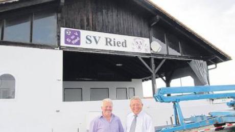 Johann Weiß und Raimund Pohl vom Sportverein Ried freuen sich über die gelungene Sanierung des Sportheims.