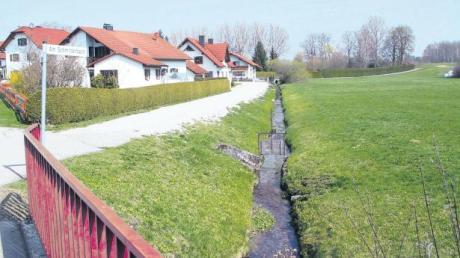 Der Schmitterbach sieht aus wie ein harmloses Rinnsal. Doch die Gemeinde muss in den nächsten Jahren kräftig in den Hochwasserschutz investieren: Im Süden von Steindorf muss ein Damm errichtet werden.