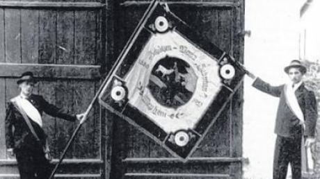 1953 erhielten die Hubertusschützen eine neue Fahne. Am Festwochenende erhält sie erneut einen kirchlichen Segen.